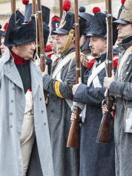 Acteurs costumés en Napoléon Ier et soldats du Premier Empire