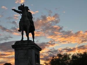 Statue équestre de Napoléon devant un coucher de soleil